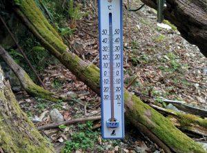 カトラ谷水場の温度計