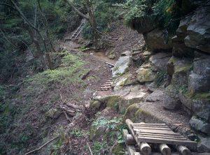 鉄のハシゴ階段