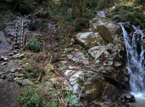 カトラ谷最初の滝